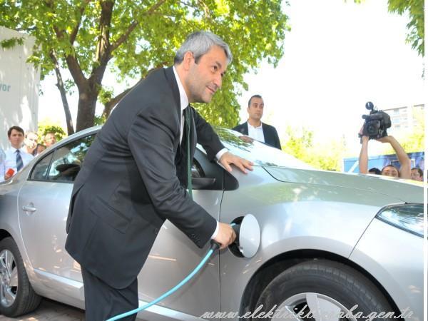 Bakan Ergün, Google'ın bahçesinde bulunan elektrikli araç şarj istasyonlarını inceledi