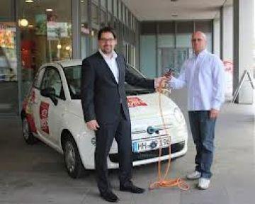 Hamburg Belediye Başkanı Elektrikli Otomobile Hayran Kaldı